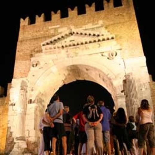L'Arco di Augusto a Rimini durante una visita organizzata dal Festival del Mondo antico