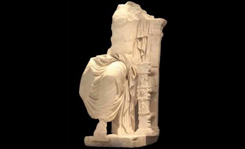 La statua di Caligola in trono come Zeus, recuperata nel 2011 dalla Gdf, dopo il delicato restauro