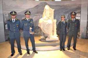 Il personale della Guardia di Finanza accanto alla statua di Caligola