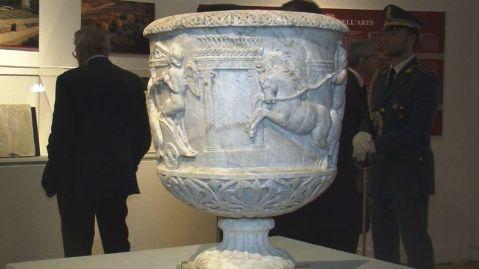 Cratere marmoreo decorato con corsa di bighe della seconda metà del II secolo d.C. in mostra al Vittoriano