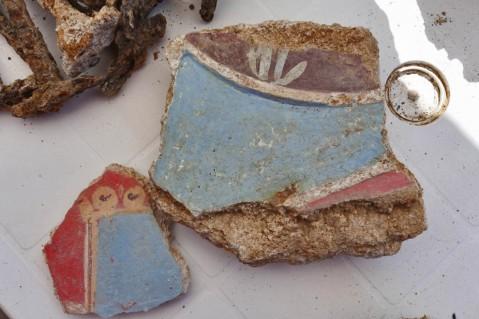 I frammenti di intonaci e stucchi colorati recuperati dal cantiere delle terme di Tor Vergata