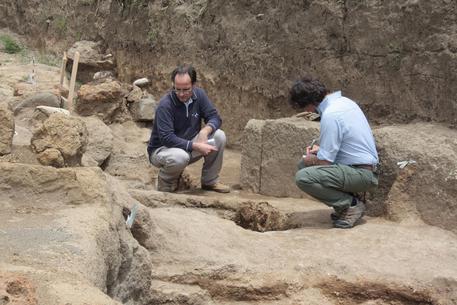 Gli archeologi esaminano la toma del bambino alla necropoli dell'Osteria a Vulci