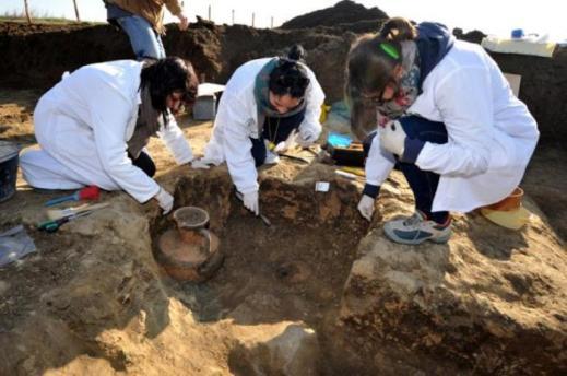 """Lo scavo della tomba etrusca di un bambino detta """"del piccolo principe"""" a Vulci"""