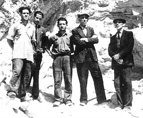 Il falsario Antonino Biondi al centro del gruppo di personaggi di Centuripe in Sicilia