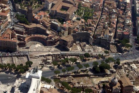 Una veduta aerea di via Alessandrina nel cuore dei Fori imperiali a Roma