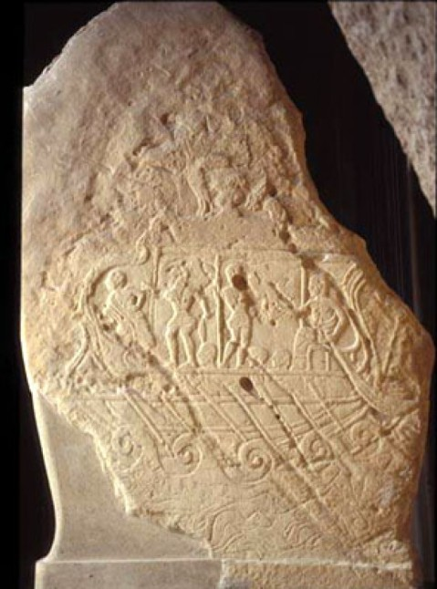 La stele funeraria di Vel Kaikna raffigura una grande nave etrusca da guerra che naviga in mare