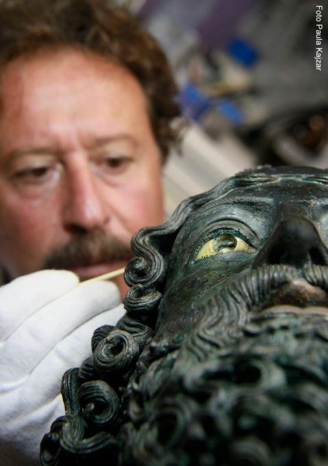Nuccio Schepis durante i restauri dei Bronzi di Riace