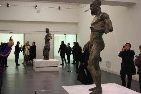 Visitatori nella sala che accoglie i Bronzi di Riace al museo della Magna Grecia