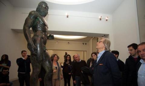 Il critico d'arte Vittorio Sgarbi osserva i Bronzi di Riace nel museo archeologico nazionale di Reggio Calabria