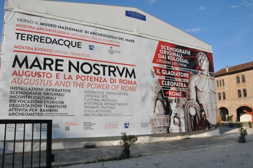 """Il grande poster-murales che a Caorle accoglie i visitatori della mostra """"Mare Nostrum"""""""
