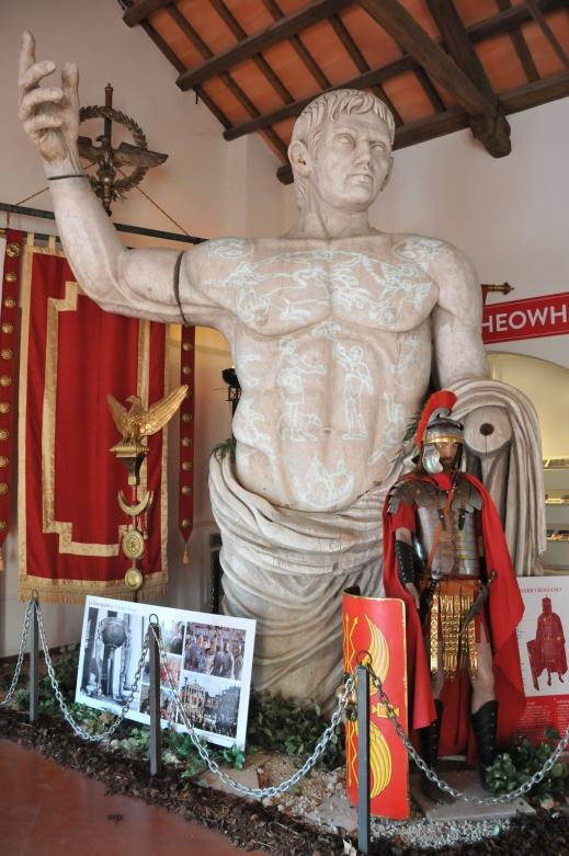"""Il monumentale busto di Augusto (dal set della serie televisiva """"Rome"""") accoglie i visitatori all'ingresso della mostra"""