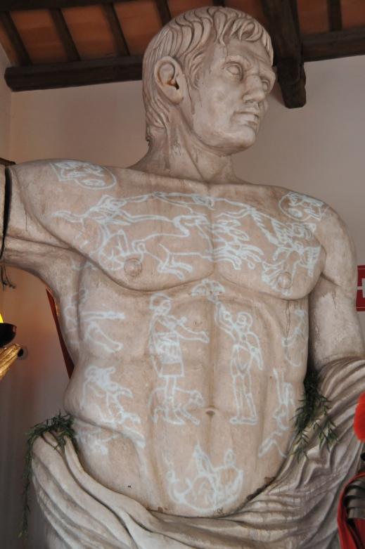 Sul busto di Augusto in mostra a Caorle sono proiettate le raffigurazioni della lorica imperiale