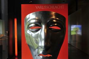 Una maschera funeraria romana conservata all'interno del museo di Kalkriese