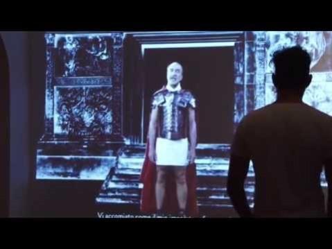 """L'imperatore Augusto all'inizio della mostra """"Mare nostrum"""" invita i visitatori a fermarsi ad ascoltarlo"""