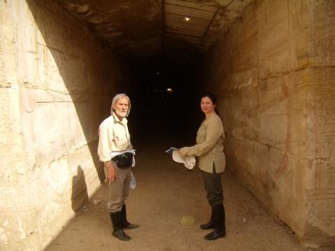Paolo Renier e Federica Pancin all'imboccatura del corridoio ipogeo che porta all'Osireion di Abido