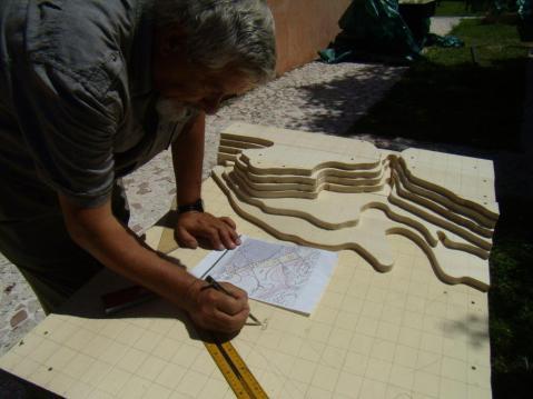 Il presidente dell'associazione Osireion di Abido, Maurizio Sfiotti, mentre realizza il plastico dell'area archeologica di Abido