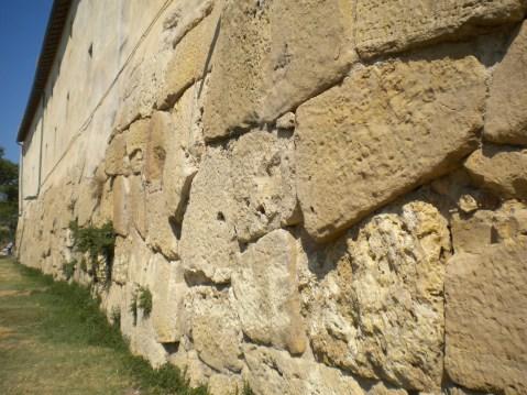 Un tratto delle mura poligonali del castrum romano di Pyrgi