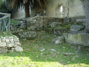 Seguendo il percorso lungo le mura si incontrano ancora tre porte del castrum romano di Pyrgi