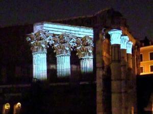 Una suggestiva visione notturna del Foro di Augusto a Roma