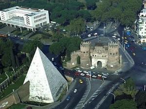 Una veduta aerea della Piramide di Caio Cestio vicino a Porta San Paolo a Roma