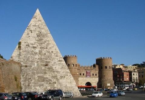 La Piramide Cestia è alta 36,40 metri con una base quadrata di 29,50 metri di lato