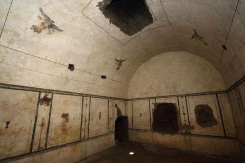 La tomba, nel cuore della piramide, è decorata a fresco: fu violata nel medioevo