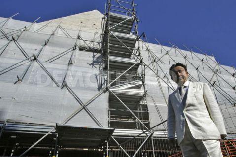 """Il magnate giapponese Yuzo Yagi davanti alla Piramide Cestia """"incartata"""" per i restauri"""