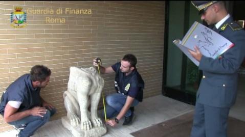 La Guardia di Finanza procede al rilievo della Sfinge etrusca alata dopo averla recuperata