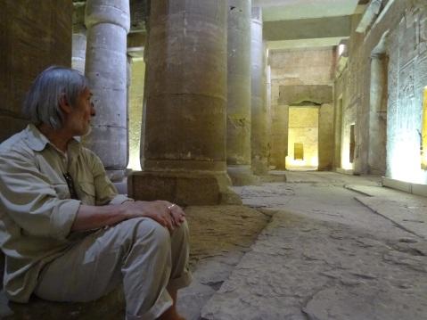 Paolo Renier nell'immenso tempio di Sethi I ad Abido con i rilievi tra i più belli dell'Antico Egitto