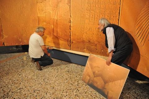 Maurizio Sfiotti e Paolo Renier nelle fasi di allestimento dei pannelli del soffitto astronomico della stanza del sarcofago dell'Osireion di Abido