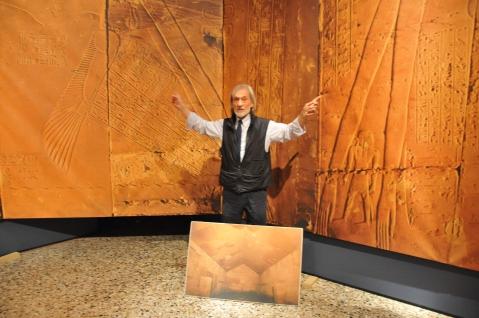 Paolo Renier nel punto in cui si toccano i pannelli dello spiovente orientale e di quello occidentale del soffitto astronomico di Abido