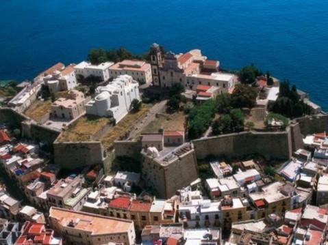 """Il castello di Lipari (Isole Eolie) che ospita il museo archeologico """"Bernabò Brea"""""""