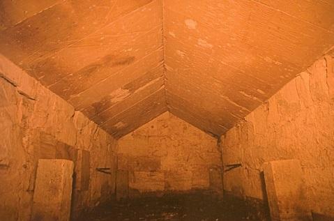 Ecco come appare al naturale la Stanza del sarcofago con il tetto a spioventi impreziositi dai rilievi a contenuto astronomico