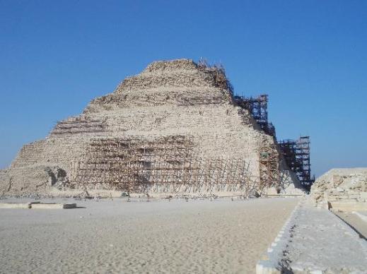 La piramide del faraone Zoser a Saqqara con le impalcature per i restauri