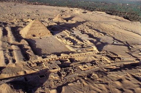 La vasta necropoli di Saqqara dominata dalla piramide di Zoser