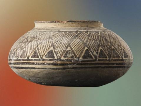 Un vaso dipinto a motivi geometrici proveniente dal Baluchistan ed esposto a Roma