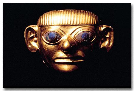 Una maschera d'oro ritrovata nel ricco corredo che accompagnava il Signore di Sipan