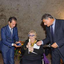 """La consegna del """"Campano d'Oro"""" a Edda Bresciani"""