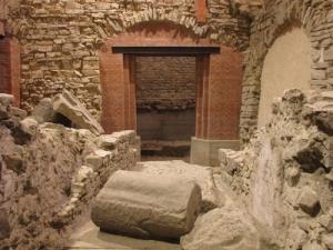 Uno dei passaggi aperti per accedere al teatro romano del II secolo d.C. sotto Palazzo Vecchio