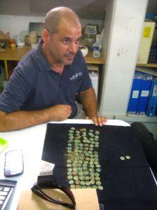 L'archeologo Pablo Betzer in laboratorio con le monete ritrovate ad Abu Ghosh