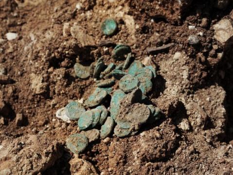 Le monete dei ribelli ebrei appena riemerse dal terreno ancora coperte di verderame: ora dovranno essere restaurate