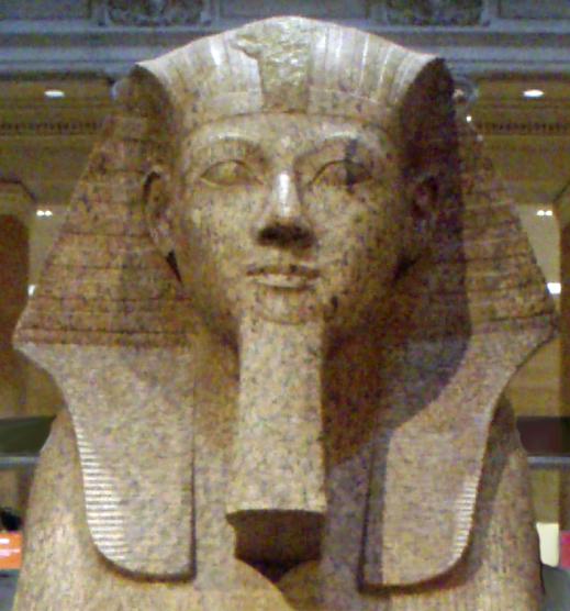 La regina Hatshepsut, faraone della XVIII dinastia, in un  rilievo conservato al Met di NY