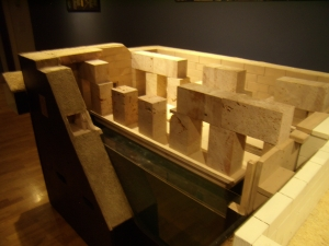 Il grande plastico dell'Osireion realizzato da Maurizio Sfiotti in mostra a Conegliano