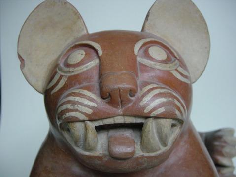 Il vaso fittile che raffigura un giaguaro (cultura Moche) esposto alla Rassegna di Rovereto