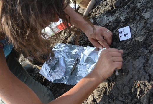 Lo scavo archeologico è attento a ogni dettaglio che il terreno restituisce per capire meglio i nostri antenati