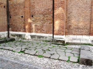 I resti del basolato di una strada romana in centro a Vicenza