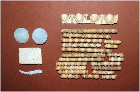 """Frammenti del corredo recuperati insieme con i resti ossei del """"padrone"""" della tomba"""