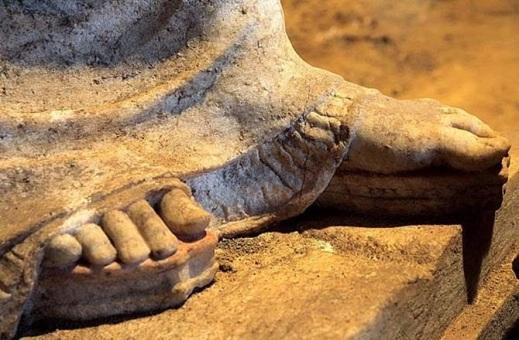 Un particolare di una scultura trovata all'interno della tomba: sono esempi di arte greca del IV sec. a.C. particolarmente preziosi