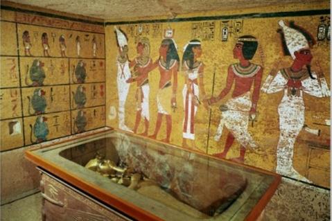Un dettaglio della stanza affrescata con il sarcofago all'interno della camera funeraria della tomba d Tut