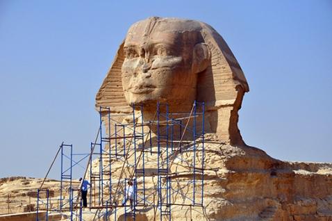 Le impalcature avvolgono la Sfinge: i restauri appena conclusi sono durati quattro anni